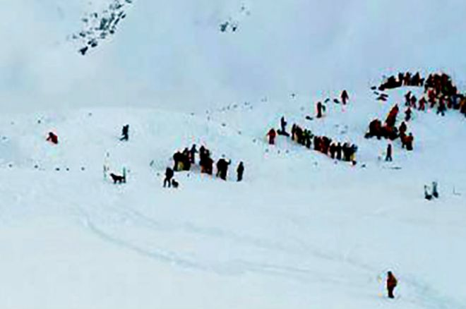 160113213108_rescuing_teams_french_alps_avalanche_site_624x415_afp_nocredit