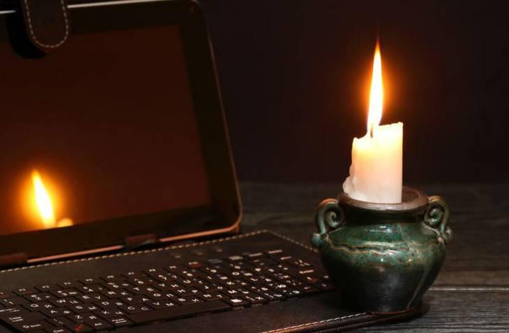 свічка на столі- вимкнули свтіло, електроенергію