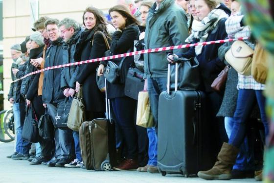 молоді люди перед вибором їхати чи ні